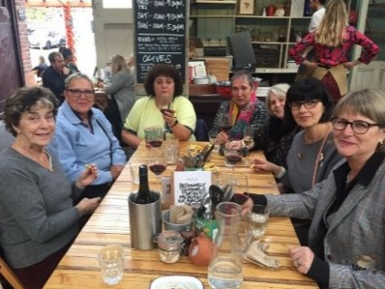 Wohverdienter Apéro nach Boardmeeting in Manchester; Angelika Walde ist die Zweite von links (Bild: zVg)